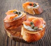 Провозглашанный тост хлеб с филе копченых семг Стоковые Изображения RF