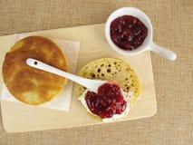 Провозглашать плюшки от лотка с клюквами для завтрака Стоковое Фото