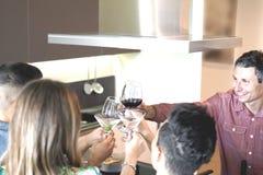 Провозглашать с вином в кухне Стоковое Изображение RF