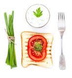 Провозглашать хлеб, томат и травы, изолированные на белой предпосылке, clo Стоковые Фотографии RF
