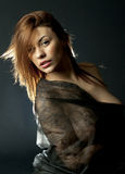 Провокационный темный белокурый портрет девушки над черным светом задней части предпосылки Стоковая Фотография RF