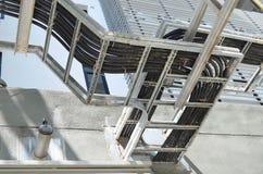 Провод или кабель Grunge электрические на гальванизированном шкафе Стоковые Изображения RF