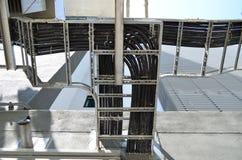 Провод или кабель Grunge электрические на гальванизированном шкафе Стоковое Изображение
