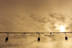 Провод и электрическая лампочка в вечере Стоковая Фотография RF