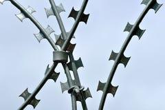 Провод колючих и бритвы для высокого уровня безопасности Стоковая Фотография RF