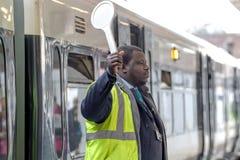 Проводник вокзала сигнализирует отклонение стоковые изображения
