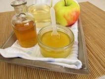 Проводник волос с уксусом и медом яблочного сидра Стоковая Фотография
