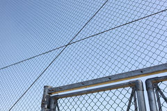 Проволочная изгородь металла с голубым небом стоковая фотография