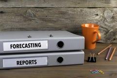 Прогнозирование и отчеты - 2 папки на деревянном столе офиса стоковая фотография rf