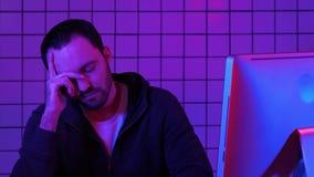 Программа бородатого хакера программиста ждать, который нужно обрабатывать Уставший программист смотря монитор счастливый о резул акции видеоматериалы