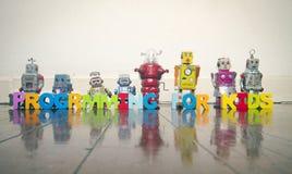 ПРОГРАММИРОВАНИЕ ДЛЯ ДЕТЕЙ с деревянными письмами и ретро роботов на w Стоковые Фотографии RF