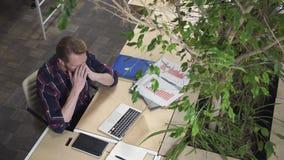 Программист набирает код и думает как разрешить проблему сток-видео