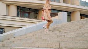 Прогулка бизнес-леди вверх по спешности спешкы города лестницы видеоматериал