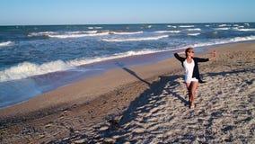Прогулка вдоль морского побережья видеоматериал