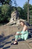 Прогулка весны с молодой блондинкой Стоковые Фотографии RF