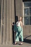 Прогулка весны с молодой блондинкой Стоковые Изображения