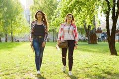 Прогулка 2 взрослых женщин через парк города Стоковые Изображения