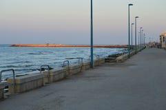 Прогулка во время восхода солнца, Средиземное море Donnalucata, Scicli, Рагуза, Сицилия, Италия, Европа стоковое фото