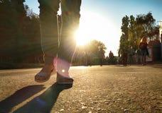 Прогулка девушки в городе на заходе солнца Стоковая Фотография