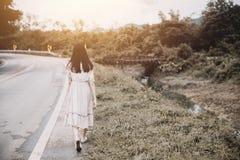 Прогулка девушки прочь на обочине Стоковое Изображение RF