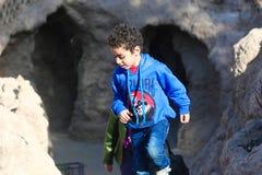 Прогулка детей на пирамидах Египте Стоковая Фотография RF