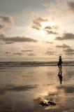 прогулка захода солнца пляжа стоковое фото rf