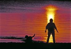 прогулка захода солнца Стоковое Изображение