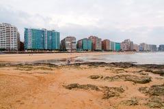 Прогулка и пляж города Gijón на заходе солнца astrological стоковые фото