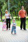 прогулка лета парка семьи стоковая фотография