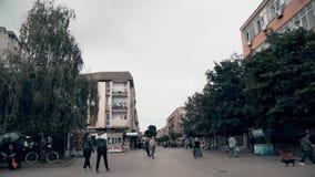 Прогулка людей в центре города иллюстрация вектора