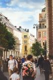 Прогулка людей на улицах Москвы Вертикальное фото стоковое изображение rf