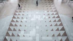 Прогулка людей Timelapse внутри рынка или торгового центра торгового центра, осматривает сверху в современном аэропорте или railw видеоматериал