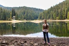 Прогулка молодой женщины около озера горы Стоковое Фото