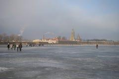 Прогулка на замороженном Neva на туманном после полудня в марте, Санкт-Петербург стоковое фото