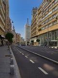 Прогулка на румыне Calea Victoriei бульвара победы, в городском Бухаресте, Румыния, на солнечном утре лета Стоковая Фотография