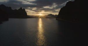 Прогулка на яхте на поверхности воды тропического озера, гор, скал и утесов на предпосылке захода солнца, национальном парке Khao сток-видео