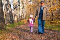 прогулка парка внучки grandfather Стоковые Фотографии RF