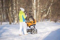 прогулка парка мати детской дорожной коляски Стоковая Фотография