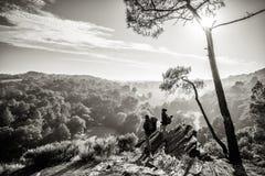 Прогулка пар Hiker на горной тропе, обозревая долину стоковая фотография rf