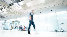 Прогулка пассажира до конца на крупном аэропорте стоковая фотография