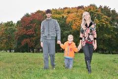 Прогулка семьи осени Стоковые Фото