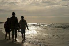 прогулка семьи пляжа Стоковое Фото