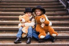 Прогулка сестер девушек двойная в парке Стоковое Фото