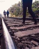 Прогулка утра вдоль стороны железнодорожного пути стоковое фото