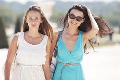 Прогулка 2 женщин на улице Стоковое Фото