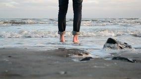 Прогулка barefoot вдоль песочного берега моря зимы сток-видео