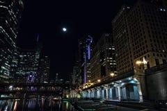 Прогулка riverwalk города Чикаго на ноче с винтажным мостом Стоковые Изображения RF