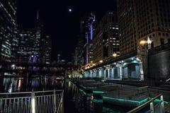 Прогулка riverwalk города Чикаго на ноче с винтажным мостом Стоковая Фотография RF
