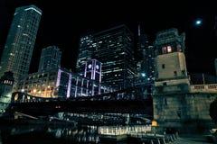 Прогулка riverwalk города Чикаго на ноче Стоковое Изображение