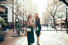 Прогулка Shopaholics вокруг города Стоковое Фото